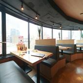 窓際のテーブル席からは渋谷の街が一望できる