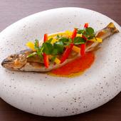 コース料理のひとつとして出てくる地元のアユを使った華やかな一品『鮎のコンフィ』