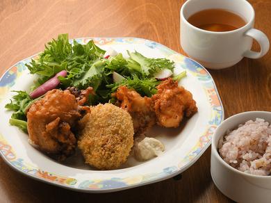 塩麹鶏唐揚げなど人気の発酵料理3品を盛り合わせた『発酵食のミックスフライ』