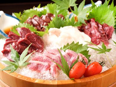 5点盛り! 桜肉の美味しさをそのまま味わえる『馬刺し 特盛り合わせ』