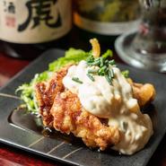 鶏モモの一枚肉をカラリと揚げてタレにくぐらせ、自家製タルタルソースをたっぷりと。甘辛いタレとすこし甘めのタルタルソースが食欲をそそる一品です。衣のサクサクした食感が楽しめ、お酒にもよく合います。