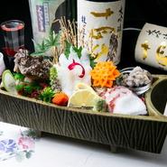 その日一番の魚介で仕上がるお刺身です。お店手造りの刺身醤油で食べるのが魅力。魚介の味が引き立つ、関東に比べると少し甘めの醤油です。時価。