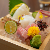 天然インドマグロや旬の鮮魚を贅沢にいただける『おまかせ造り盛り合わせ(5点)』