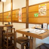木の風合いがオシャレなカフェのような雰囲気の店内