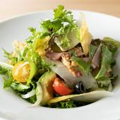 一品料理に近い満足感のあるサラダを、ドレッシングでさっぱりといただく『イタリアンサラダ』