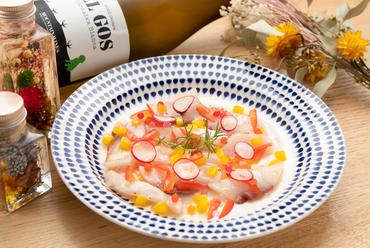 地元産をメインに旬の新鮮な魚介を使った『鮮魚のカルパッチョ』