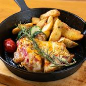 ガーリック&ハーブの香りが食欲をくすぐる『国産鶏もものトマトチーズ焼き』