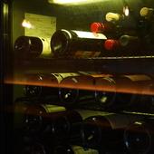 セラーにて適正に管理されているワイン