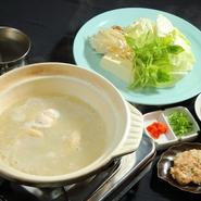 白湯を基本にしたスープで濃厚な味わいを楽しめます。鶏肉をポン酢でさっぱりといただくのも人気。ゲストが自ら鍋に入れて仕上げるつくねも魅力です。