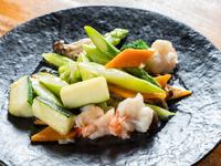シンプルだが野菜のおいしさを引き出す料理人のわざが光る一皿『エビとアスパラの旨塩炒め』