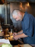 「自分の作る料理でお客様を笑顔にしたい」と厨房に立つ横山氏