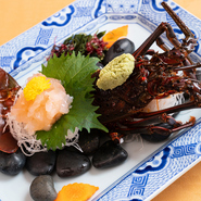 生きたままの伊勢海老を豪快に捌いて、造りに。皿に盛られた後も、触角や身がピクピクと動いているのは新鮮さの証です。刺身ならではのプリプリとした食感と上品な甘みを、存分に味わってみてはいかが。