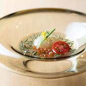 季節の味を楽しめるこだわりのお通し『じゅんさいとイクラ、生姜と茗荷の葛寄せ豆腐』