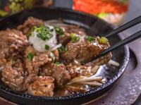 特製ダレが肉の旨みを引き立てる『サイコロステーキ』