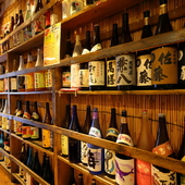 棚には自慢のお酒がずらり。日本酒・焼酎・梅酒合わせて約150種