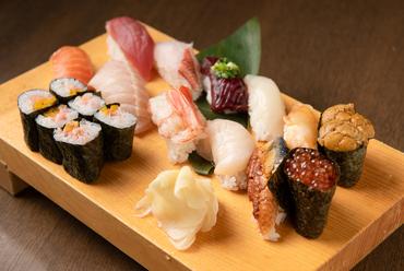 こだわりの鮮魚を寿司で満喫。お酒と一緒に気軽につまめる『おまかせ握り 特上まんげつ』
