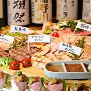 その日の良い肉から選りすぐった鶏、豚、牛が圧巻のボリュームで登場。ジューシーな桜姫鶏、みやもと牧場直送の炭美豚、弾力のある牛ハラミ、ブランド牛のトウガラシ(ウデの部分)など希少部位も食べられます。