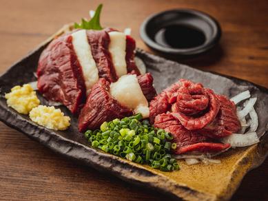 異なる食感を楽しめる『馬刺しの三点盛り』