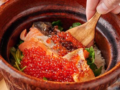 キラキラ輝くいくらと白米のコントラストが華やかな『銀鮭といくらの炊き込みご飯』