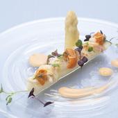 春の前菜、サラダ仕立ての『ホワイトアスパラガス 毛蟹』