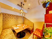 豪華絢爛。ゴールドを基調としたソファー席の個室