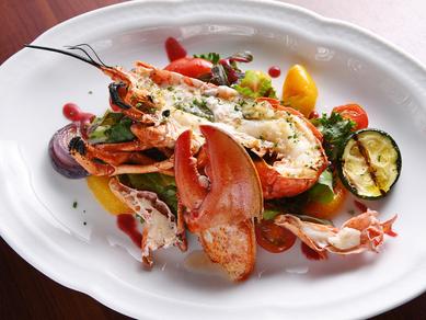 プリプリの食感も楽しい『活きオマール海老のグリル ガーリックバター風味』