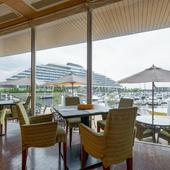 大きな窓からはマリーナに停泊する数々のヨットが望めます