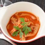 牛の2番目の胃袋を細切りにしてトマトと一緒に煮込んだもの。内臓を使った料理は歴史的にも古い。