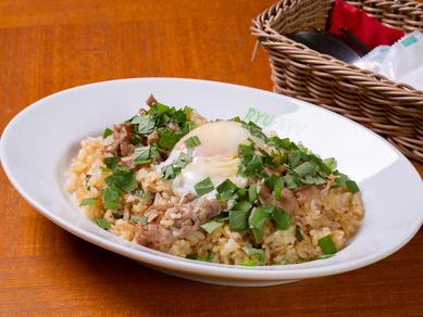 風味豊かな洋風チャーハン『牛肉としそのバターライス半熟卵のせ』