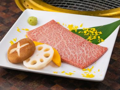 焼肉の王道とも言える、A5ランク国産黒毛和牛の『特選カルビ』。旨みたっぷりジューシーな肉質は唯一無二