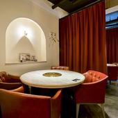 カーテンで個室感覚のテーブル席。リッチでオシャレな雰囲気