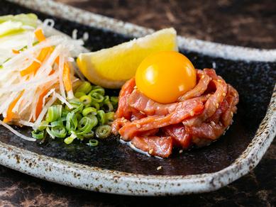 限りなく生肉の味わいを楽しめる『レアステーキユッケ風』