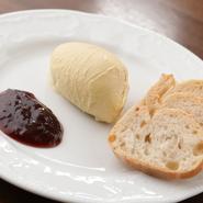 仏産の風味豊かな鴨のフォアグラをムース状にしっとりとなめらかに仕上げ、フランボワーズの甘酸っぱさと合わせました。