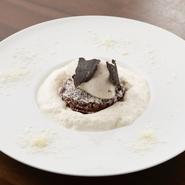 仏産のシャティーヌ(山栗)のしっかりとした味わいに、ショコラとトリュフを合わせて、贅沢に仕上げました。モンブランのイメージを覆す一品です。