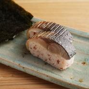 希少な無農薬栽培米・山形県産「ササニシキ」と古代米「赤米」を独自にブレンド。ピンク色のヘルシーなご飯を肉厚の鯖とあわせた一品。老舗料亭【和久傳】で腕を磨いた料理人ならではの技が光ります。