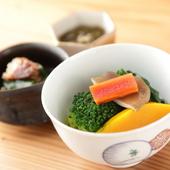 【おがた】に来たらぜひ食べたい 丁寧に引いただしが決め手の『野菜のおひたし盛り合わせ』(一人前)