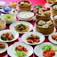 中国料理 翡翠苑の定番人気メニューとして、本場中国では点心を食べながらお茶を飲むスタイル「飲茶(ヤムチャ)」を取り入れたランチ「飲茶セット」がオープン当初から人気のメニューです。