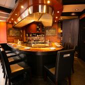 オープンキッチンのカウンター席でシェフ自慢の鉄板ステーキを。