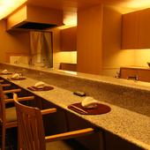 照明も繊細で高級感あふれるお座敷の掘りごたつ式テーブル席