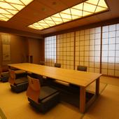 木質を生かしたテーブル席はシックな雰囲気