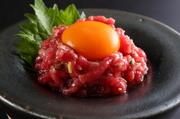 赤身肉のレアステーキユッケ風です。卵と絡めて。