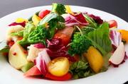 お肉やホルモンのみならず、新鮮な朝鳥の大阪産河内野菜を中心に揃えられた一品。 ※季節により野菜の内容が変わります。