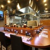 カウンター中心の1階では極上ステーキやカツの定食を堪能