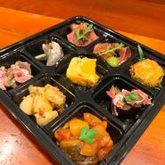 パスタBOX(1人前)は2種類のパスタから選択。アペリティーボBOXは4種(1人前)または9種(1.5人前)の前菜盛合せ。オードブルBOX(3~4人前、2日前までに予約)は前菜・パスタなど。
