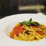 美味しく熟したミニトマトと、シチリアで入手した黒マグロのカラスミとでつくるパスタ。ミニトマトの酸味と甘み、カラスミの海の香りが融合した、素材を120%活かした食べ飽きないご馳走パスタ。