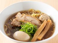 地鶏と鰹だしベース 宗田鰹・どんこで醤油を熟成、コク旨醤油に仕上げました。