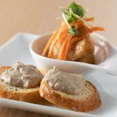 店自慢の料理を味わえるコースは、オシャレな前菜からスタート