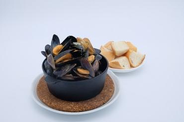 ムール貝の白ワイン蒸し(バケット付き)