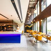 開放的で洗練されたホテル1Fのレストラン空間