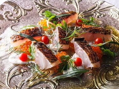 珍しい魚に出合えることも。基本を崩すことなく調理された『黒ムツのマリネとサワークリーム』